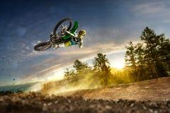 O cavaleiro da bicicleta da sujeira está voando altamente Foto de Stock Royalty Free