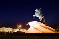 O cavaleiro de bronze na noite Fotografia de Stock