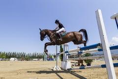 O cavaleiro desconhecido em um cavalo durante a competição combina a montada circularmente Imagem de Stock Royalty Free
