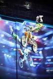 O cavaleiro do estilo livre de Motorcross executa o truque Fotos de Stock Royalty Free
