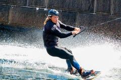 O cavaleiro do estilo livre de Wakeboard faz truques na competição Imagens de Stock