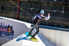 O cavaleiro do estilo livre de Wakeboard faz truques na competição Fotografia de Stock Royalty Free