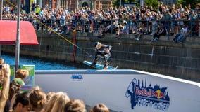 O cavaleiro do estilo livre de Wakeboard faz truques na competição Fotografia de Stock