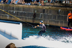 O cavaleiro do estilo livre de Wakeboard faz truques na competição Foto de Stock Royalty Free
