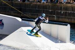 O cavaleiro do estilo livre de Wakeboard faz truques na competição Foto de Stock