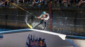 O cavaleiro do estilo livre de Wakeboard faz truques na competição Imagem de Stock