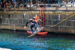 O cavaleiro do estilo livre de Wakeboard faz truques na competição Fotos de Stock Royalty Free