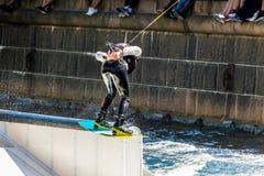 O cavaleiro do estilo livre de Wakeboard faz truques na competição Imagem de Stock Royalty Free