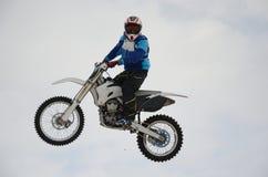 O cavaleiro do motocross executa um salto elevado Imagens de Stock