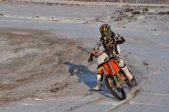O cavaleiro do motocross executa uma volta direita com imagens de stock