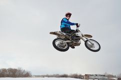 O cavaleiro do motocross salta o olhar para trás fotos de stock