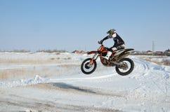 O cavaleiro na bicicleta para o motocross voa sobre o monte fotografia de stock royalty free