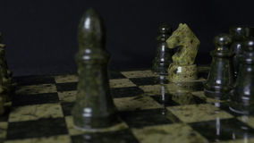 O cavalo branco de Ghess derrota o penhor preto Foco seletivo Xadrez, cavalo e penhor Detalhes de parte de xadrez no fundo preto Imagem de Stock Royalty Free