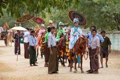 O cavalo decorado, o búfalo e os povos locais que participaram na doação canalizaram a cerimônia em Bagan Myanmar, Burma Foto de Stock Royalty Free