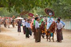 O cavalo decorado, o búfalo e os povos locais que participaram na doação canalizaram a cerimônia em Bagan Myanmar, Burma Imagens de Stock Royalty Free