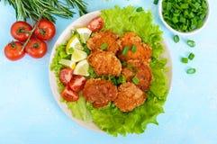 O caviar fritado de peixes do rio com alface sae, tomates de cereja em um fundo claro Um prato dietético Comer saudável fotos de stock