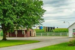 O celeiro da exploração agrícola do país de Amish lavou a roupa em Lancaster, PA foto de stock royalty free