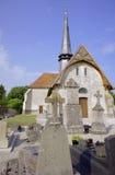 O cemitério e a igreja medieval Foto de Stock