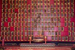 O cemit?rio ancestral e o nome tombwooden a etiqueta para o povo chin?s que reza e o oferecimento sacrificial no templo de Tianta imagens de stock royalty free