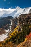 O cenário bonito da montanha da neve fotografia de stock