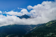 O cenário branco da montanha da nuvem do céu azul na estrada da movimentação do turismo de yunnan Imagem de Stock