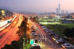 O cenário da noite da cidade de Taipei, com Taipai 101 no distrito de Xin-Yi, área central com pontes do arco e carro arrasta na  Fotografia de Stock