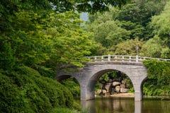 O cenário da ponte e das árvores no parque do templo de Bulguksa, Gyeongju, Coreia do Sul imagem de stock