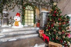 O cenário do estúdio ou do teatro Entrada em uma arquitetura velha com escadaria e colunas Decoração do Natal foto de stock