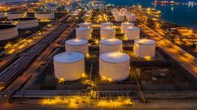 O central de petróleo é facilidade industrial para o armazenamento do óleo e dos produtos petroquímicas prontos para o transporte foto de stock royalty free