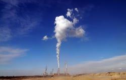 O central elétrica é situado ao lado da mina de carvão marrom opencast imagem de stock