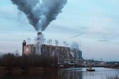 O central nuclear descarrega o vapor na atmosfera foto de stock