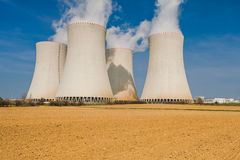 O central nuclear em Temelin situou atrás de um campo de Plooghed Foto de Stock
