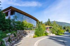 O centro cultural de Squamish Lil'wat é caracterizado como uma experiência nativa autêntica foto de stock