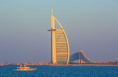 O centro da cidade e os hotéis de luxo de Dubai em Jumeirah encalham, Dubai, Emiratos Árabes Unidos fotografia de stock