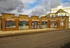 O centro da interpretação dos arcos em Sidmouth Abriu em 2011 e dá a informação sobre a costa jurássico fotos de stock