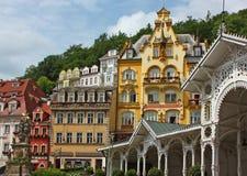 O centro de cidade de Karlovy varia, república checa imagens de stock