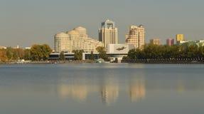 O centro de cidade de Yekaterinburg Uma vista do rio e das construções imagens de stock