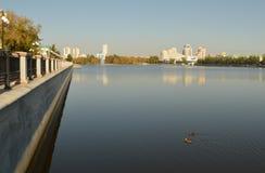 O centro de cidade de Yekaterinburg Uma vista do rio e das construções imagens de stock royalty free
