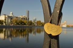 O centro de cidade de Yekaterinburg Uma vista do rio e das construções fotografia de stock royalty free