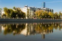 O centro de cidade de Yekaterinburg Uma vista do rio e das construções foto de stock royalty free