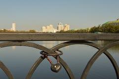 O centro de cidade de Yekaterinburg Uma vista do rio e das construções fotos de stock
