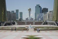 O centro de cidade do Astana, negligenciando o Baiterek Imagem de Stock