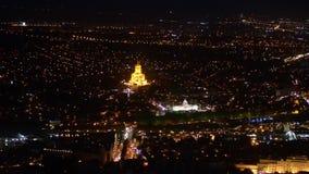 O centro de Tbilisi na noite geórgia Foco macio video estoque