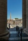 O centro do quadrado de St Peter com fonte de Bernini encontrou o dir Fotografia de Stock