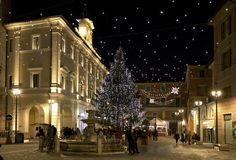 O centro histórico de Rieti durante os feriados do Natal com decorações das luzes foto de stock royalty free