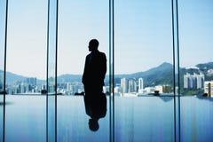 O CEO do homem está esperando a reunião importante com sócios internacionais fotografia de stock