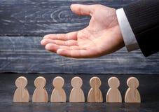O CEO do líder representa a equipe Recursos humanos Homem de negócios e pessoal de funcionamento Cuidado para empregados Associaç foto de stock royalty free