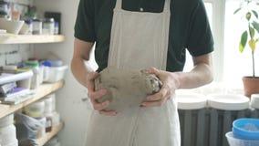 O ceramist masculino está preparando o barro branco no estúdio brilhante video estoque
