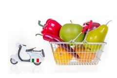 O cesto de compras completamente com mantimentos puxou pelo 'trotinette' Italia concentrada Imagens de Stock Royalty Free