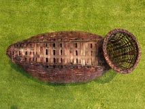 O cesto de madeira de Brown é uma cesta de vime usada geralmente levando peixes em Tailândia Fotografia de Stock